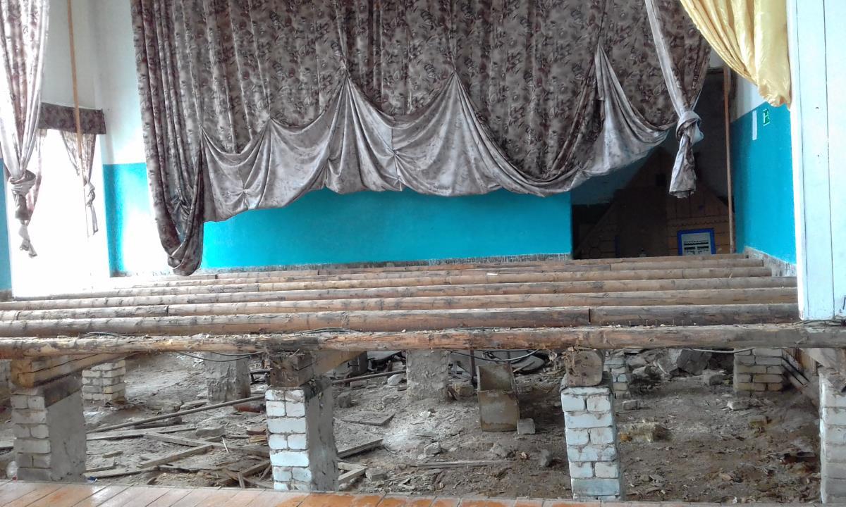 В Ежово приступили к ремонту сцены ДК