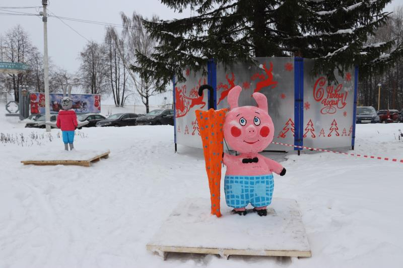 На площади завода установили фигуры