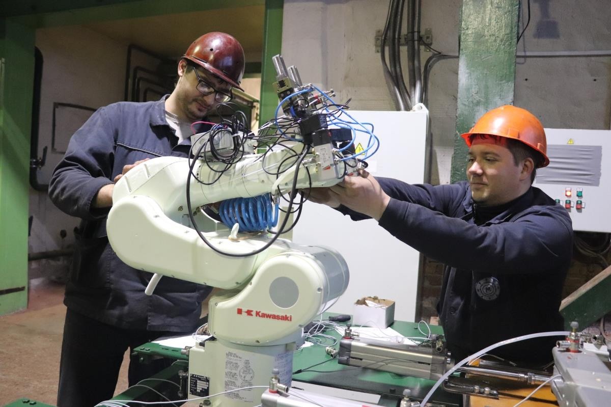 Промышленный робот-манипулятор установлен на заводе