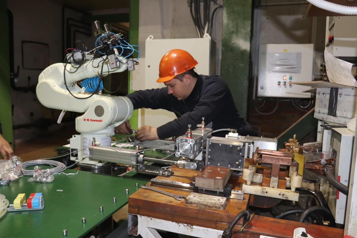 робот-манипулятор установлен на заводе 2
