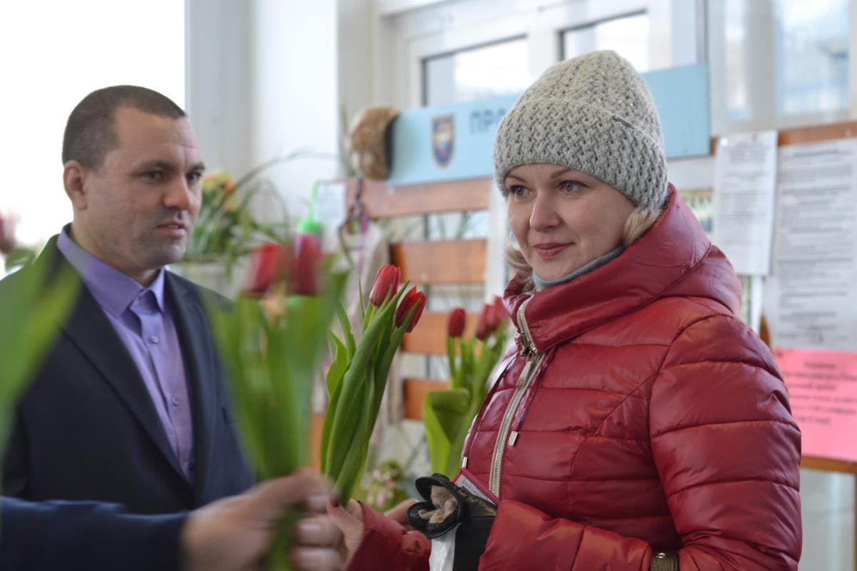 В подарок женщинам - цветы