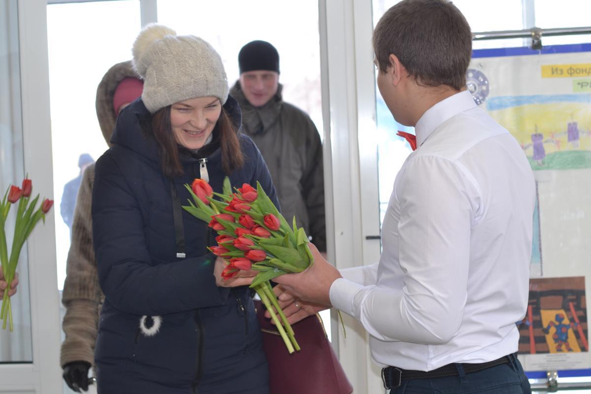 В подарок каждой – цветы на проходной завода 2