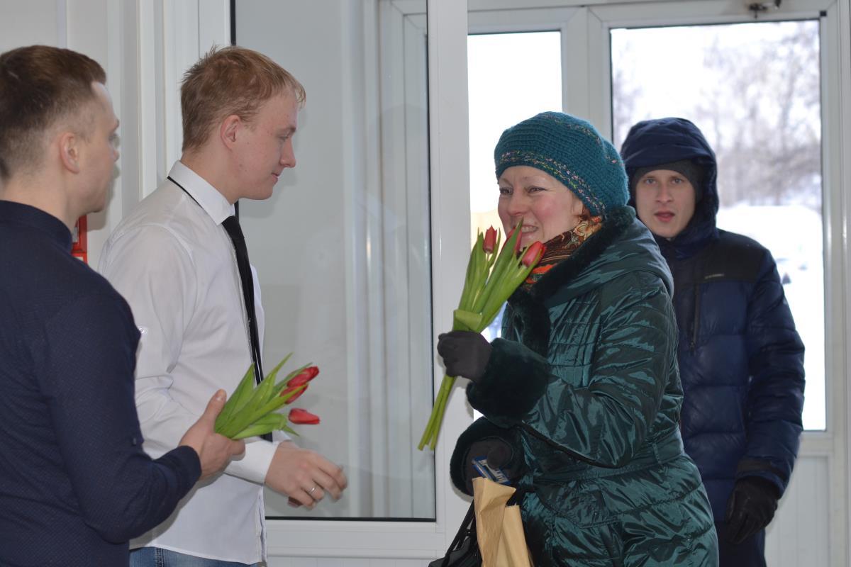 В подарок каждой – цветы на проходной завода 3