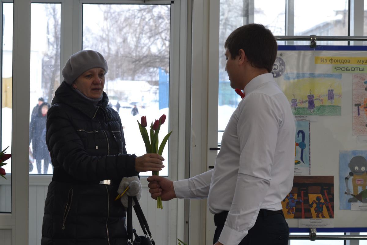 В подарок каждой – цветы на проходной завода 4