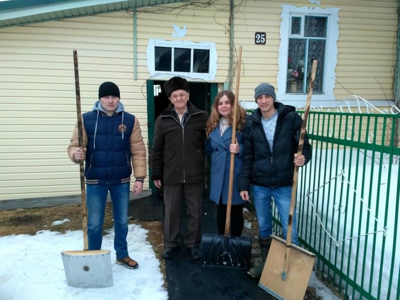 Молодые металлурги помогли ветерану
