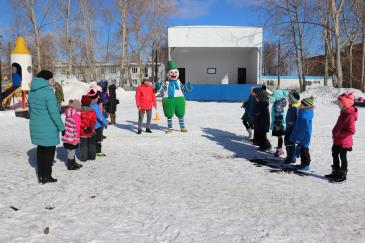 В городском парке работники сортопрокатного цеха организовали для учеников государственной школы «Веселые старты» 2
