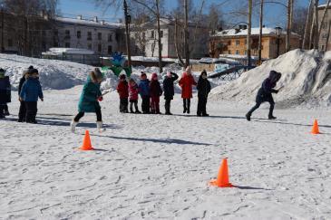 В городском парке работники сортопрокатного цеха организовали для учеников государственной школы «Веселые старты» 3