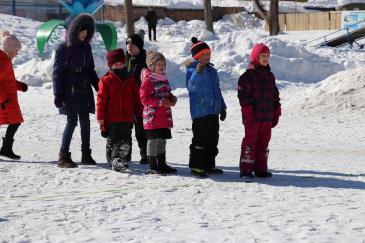 В городском парке работники сортопрокатного цеха организовали для учеников государственной школы «Веселые старты» 4