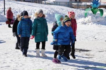В городском парке работники сортопрокатного цеха организовали для учеников государственной школы «Веселые старты» 5