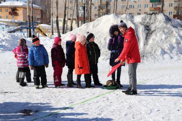 В городском парке работники сортопрокатного цеха организовали для учеников государственной школы «Веселые старты» 6