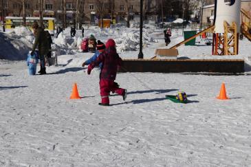 В городском парке работники сортопрокатного цеха организовали для учеников государственной школы «Веселые старты» 7