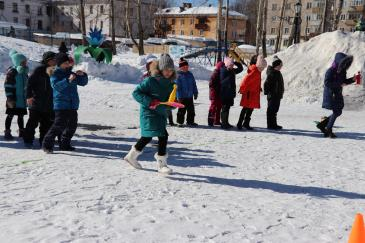 В городском парке работники сортопрокатного цеха организовали для учеников государственной школы «Веселые старты» 9