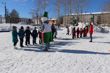 В городском парке работники сортопрокатного цеха организовали для учеников государственной школы «Веселые старты» 11
