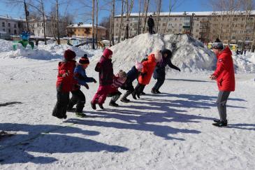 В городском парке работники сортопрокатного цеха организовали для учеников государственной школы «Веселые старты» 12