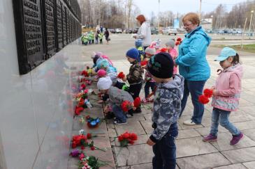 Ребята из детских садов «Малыш» и «Теремок» отправились к памятнику Воину-освободителю на заводской площади 2