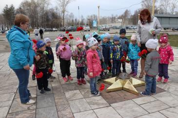 Ребята из детских садов «Малыш» и «Теремок» отправились к памятнику Воину-освободителю на заводской площади 3