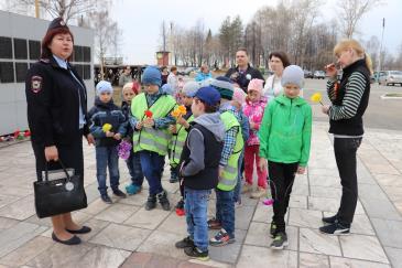 Ребята из детских садов «Малыш» и «Теремок» отправились к памятнику Воину-освободителю на заводской площади 4