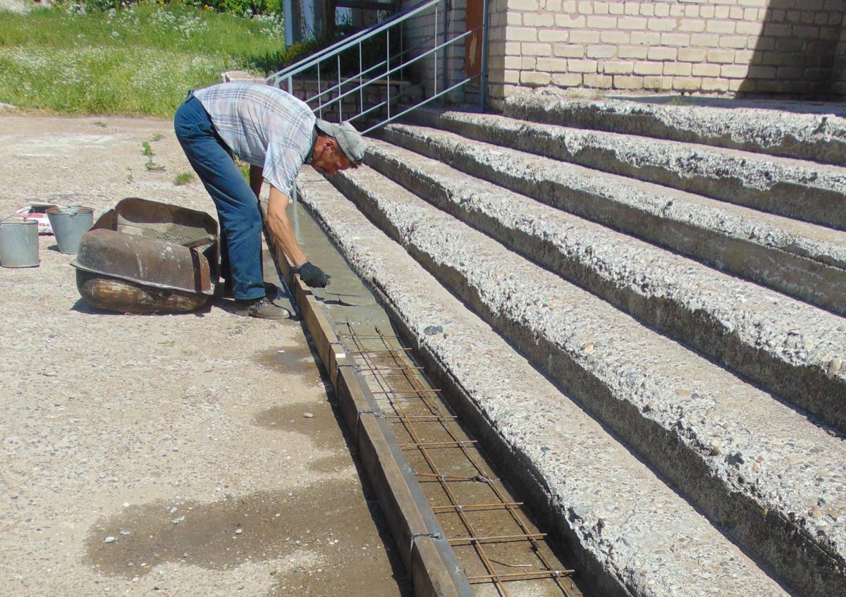 На грант завода в Ежово ремонтируют лестницу