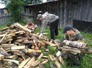 Представители Союза молодежи оказали помощь ветерану предприятия 2