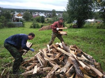 Представители Союза молодежи оказали помощь ветерану предприятия 4