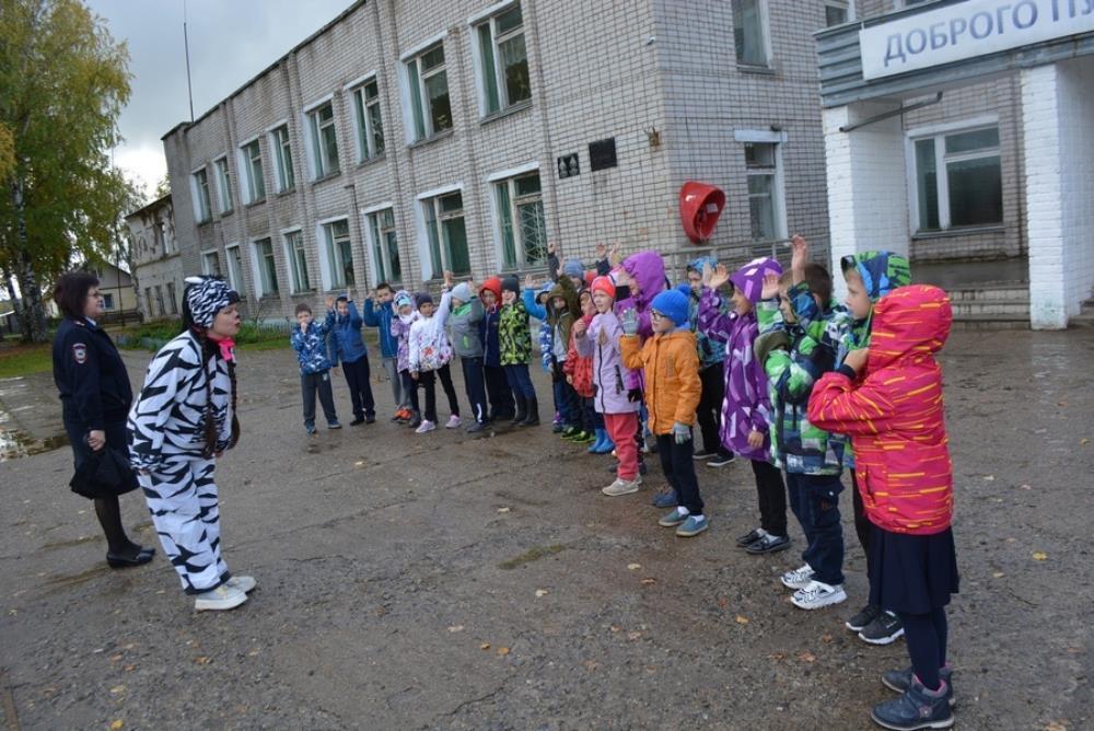 Первоклассники научились правильно переходить дорогу