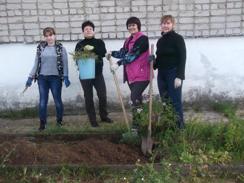 В Песковке высадили деревья и цветы