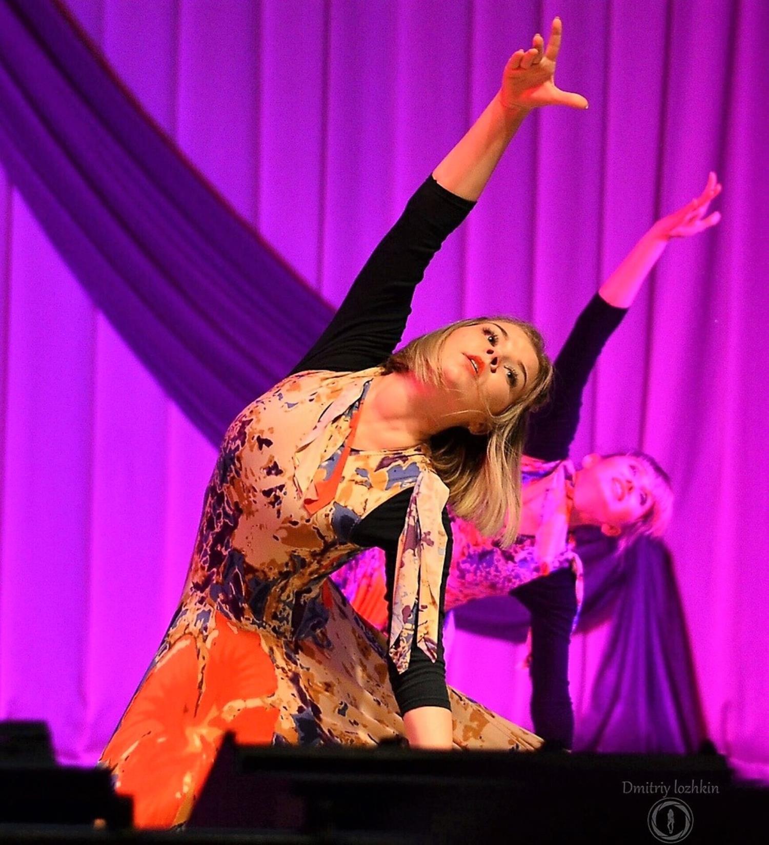 Раскрывает творчество в интересных танцевальных постановках