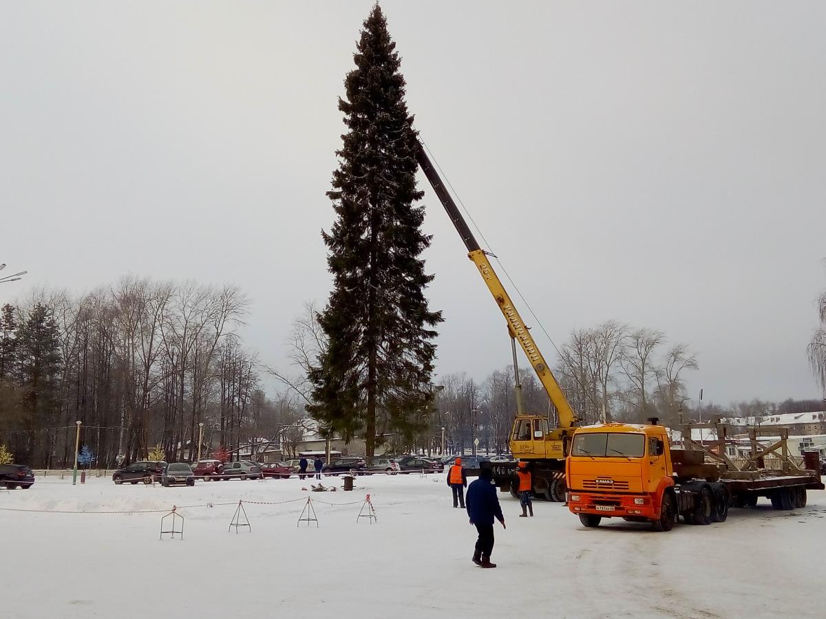 На площади завода установлена красавица-елка