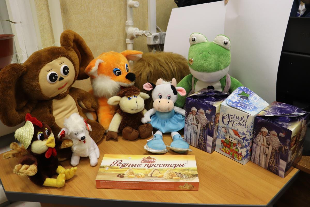 Помогли Деду Морозу собрать мешок с подарками