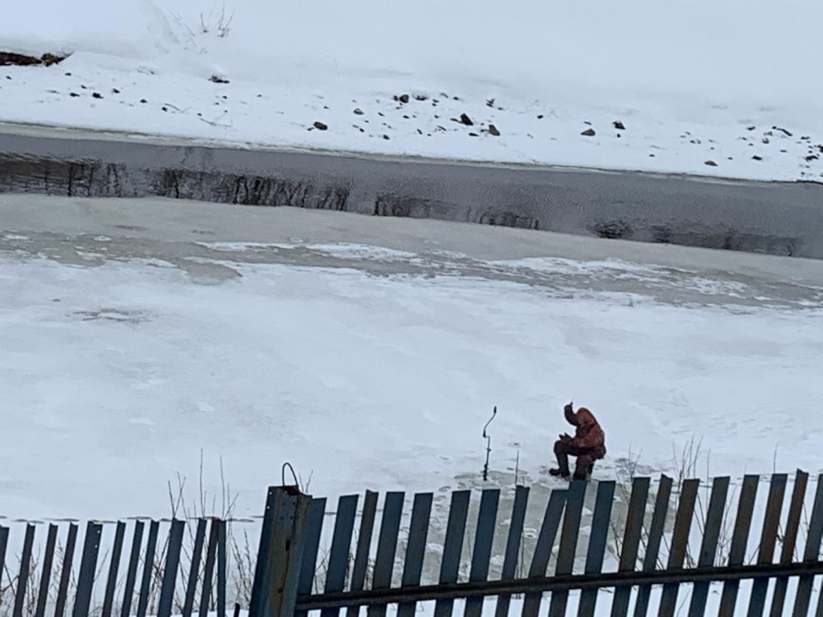 Бесстрашные рыбаки посреди Омутной реки