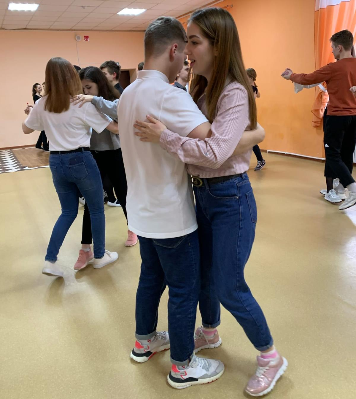 Танцуют мазурку, танго и котильон