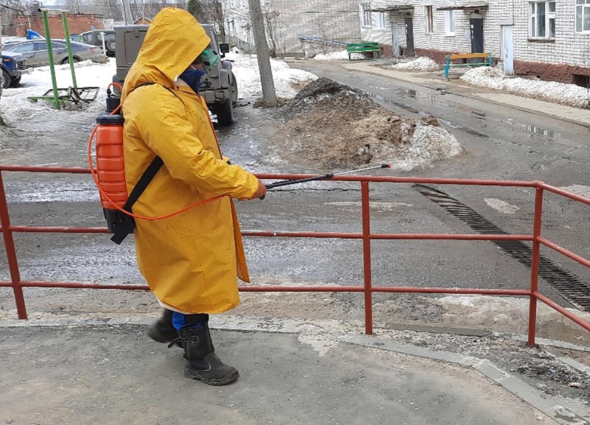 В Омутнинске обрабатывают подъезды