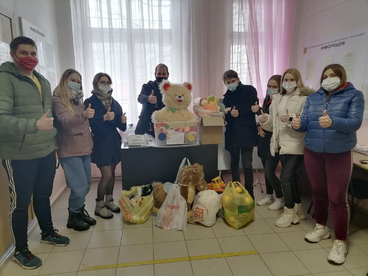 Собрали игрушки и канцелярские принадлежности