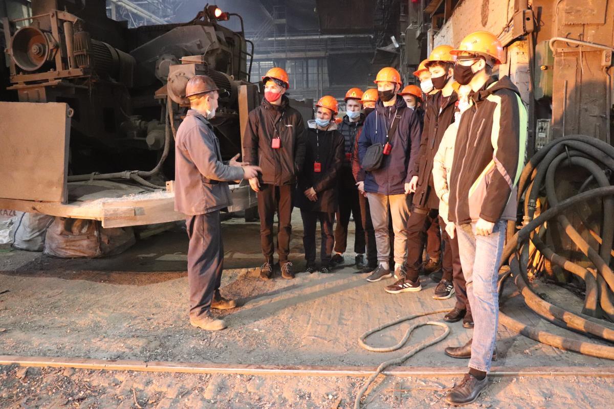 Будущие металлурги наглядно изучают производство